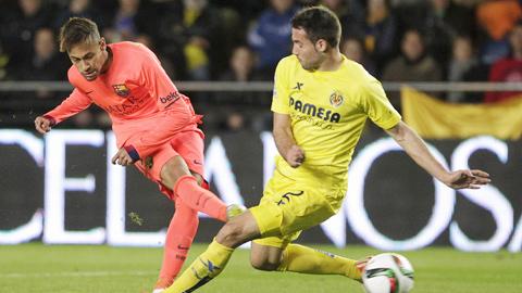 Neymar (trái) là người mở màn cho thắng lợi của Barca