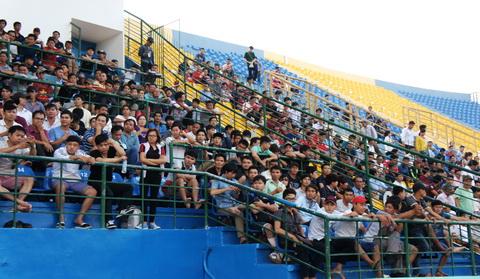 Khi trận đấu vừa diễn ra, đã có hơn 7 ngàn khán giả trên khán đài. Ảnh Đỗ Tuấn