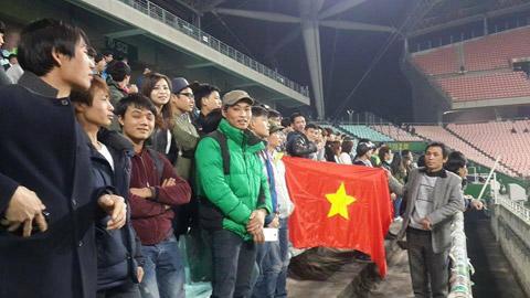 Đồng bào người Việt Nam đang sinh sống tại Hàn Quốc đến sân tiếp lửa cho B.BD