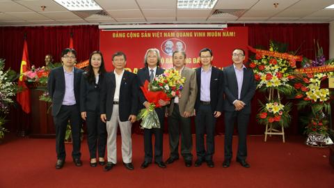 Lãnh đạo Đảng ủy Tổng cục TDTT chúc mừng Ban Chi ủy Chi bộ báo Bóng đá nhiệm kỳ mới 2015-2017 - Ảnh: Đức Cường