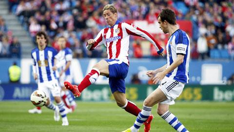 """Torres (trái) và đồng đội vẫn """"chiến"""" hết mình để bám đuổi ngôi đầu"""