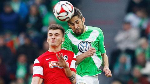 Hậu vệ Rodriguez (phải), tác giả bàn thắng duy nhất giúp Wolfsburg vào bán kết