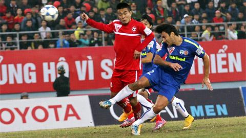Trung vệ Ngọc Thịnh (áo đỏ) là phát hiện mới nhất của V.League 2015.