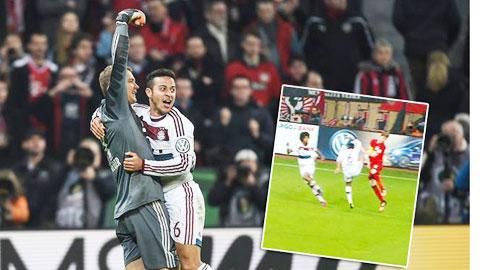 Thiago đã chơi rất quyết tâm trước Leverkusen mà điển hình là pha tung chân vào Kiessling (ảnh nhỏ)