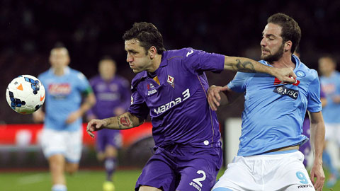 Hai kẻ thất bại Fio và Napoli (phải) tại bán kết Coppa Italia sẽ đối đầu nhau tại vòng 30 Serie A cuối tuần này