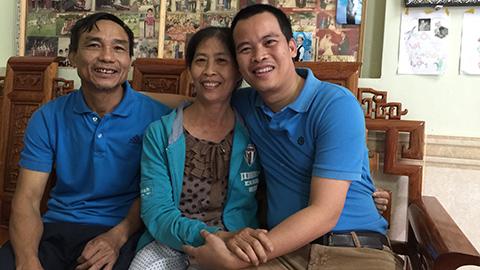 Ông Bảy, bà Hoa trò chuyện cùng phóng viên báo Bóng đá. Ảnh: Quốc Việt