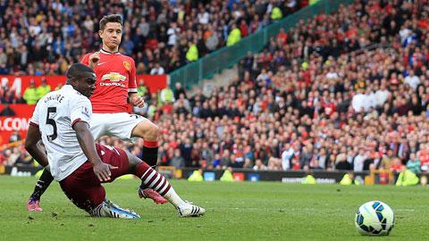 Herrera (trên) đang thăng hoa trong màu áo M.U mà mới nhất là cú đúp trước Aston Villa