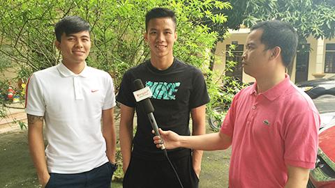 Cặp trung vệ Mạnh Hùng - Ngọc Hải trả lời phỏng vấn báo Bóng đá. Ảnh: Quốc Việt