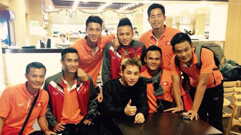 Ca sĩ Sơn Tùng M-TP gặp gỡ các tuyển thủ tại sân bay Tân Sơn Nhất hồi cuối năm ngoái