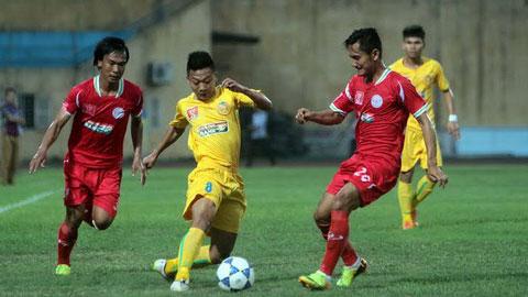 Hai đội bóng CAND (áo vàng) và TPHCM (áo đỏ) đều thất bại trong ngày khai mạc giải hạng Nhất - Ảnh: Phan Tùng