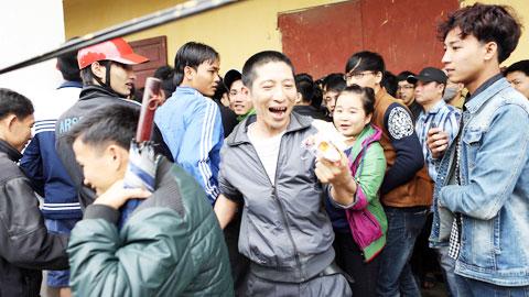 Niềm vui vỡ òa của số ít CĐV may mắn sở hữu tấm vé trên sân Vinh