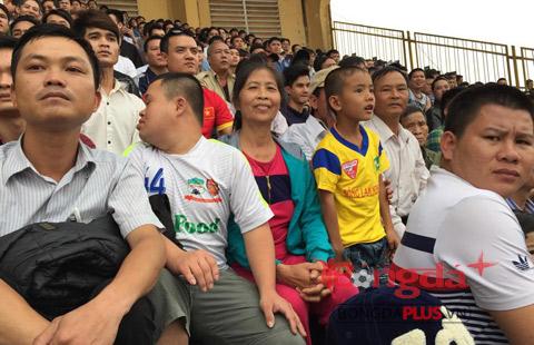 Bà Nguyễn Thị Hoa, mẹ Công Phượng, trên khán đài sân Vinh. Ảnh: Minh Hải