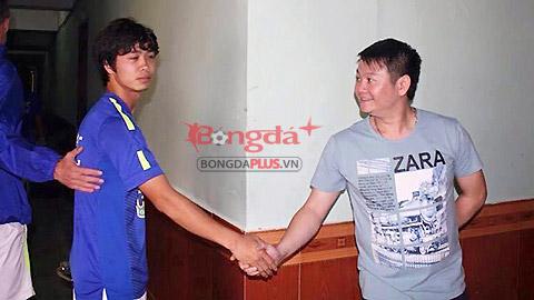 Cuộc gặp và cái bắt tay đầu tiên giữa 2 ngôi sao nổi bật của bóng đá Việt Nam - Ảnh: Nhất Huy