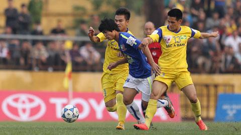 Công Phượng (giữa) và các tài năng trẻ của HA.GL đang gặp rất nhiều khó khăn trước sự khắc nghiệt của V-League