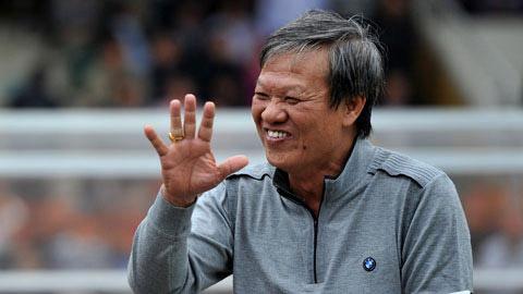Ông Lê Thụy Hải bắt tay với cựu cầu thủ Cao Cường trên sân Thống Nhất vào chiều 14/4