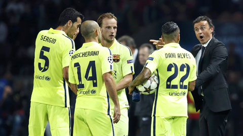 Vì Alves chấn thương, Enrique tính để Barca đá 3 hậu vệ