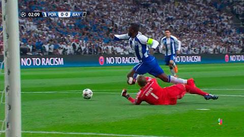 Pha phạm lỗi của Neuer với Martinez trong vòng cấm