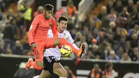 Barca (trái) vẫn thắng nhưng sẽ không dễ dàng trước một Valencia đang thăng hoa