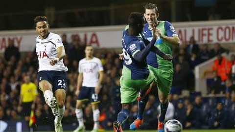 Trước một Newcastle đã thua 5 trận liên tiếp gần đây, Tottenham (áo sáng) không khó ra về với 3 điểm