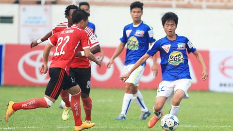 Phan Thanh Hậu (trái) có bàn thắng đầu tiên của mình ở V-League