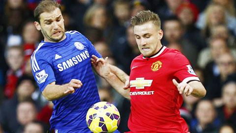 Shaw (phải) khiến Ivanovic có một trận đấu khốn khổ bên cánh phải Chelsea