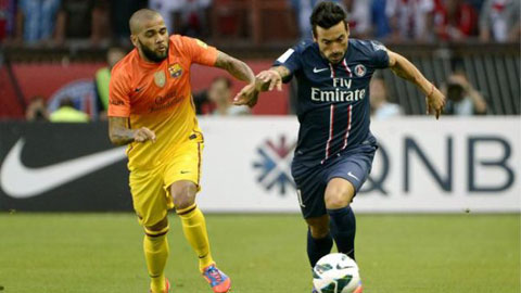 Alves (trái) quá ham lên bóng khiến Barca thường bị hở sườn