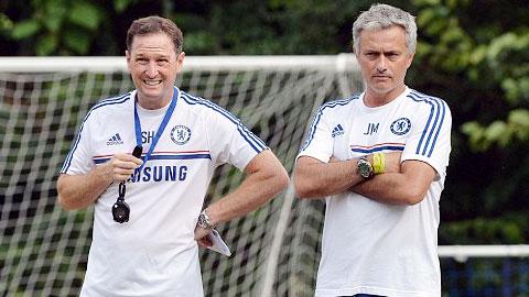 Trợ lý Holland (trái) lên tiếng bảo vệ quyền lợi cho Chelsea