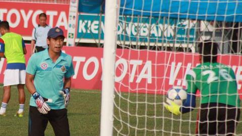 HLV Ngô Việt Trung huấn luyện cho thủ môn Bửu Ngọc trong một buổi tập.