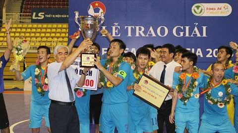 Chủ tịch Lê Hùng Dũng trao cúp vô địch cho Sanna.KH. Ảnh: Đình Viên