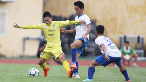 Quốc Long (trái) và đồng đội sẽ vượt qua dàn cầu thủ tài năng nhưng còn non kinh nghiệm của HA.GL