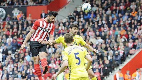 Cú đúp của Pelle không thể giúp Southampton có trọn vẹn 3 điểm