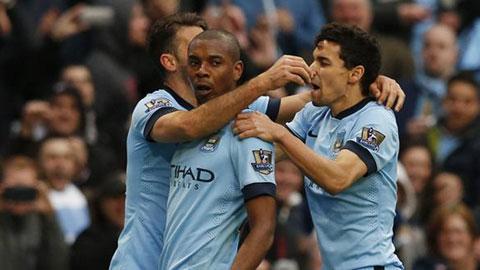 Fernandinho (giữa) là người hùng với bàn ấn định chiến thắng ở những phút cuối