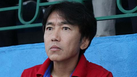 Gương mặt sững sờ của HLV Miura trước bàn thắng quá nhanh của Công Vinh. Ảnh: Đình Viên