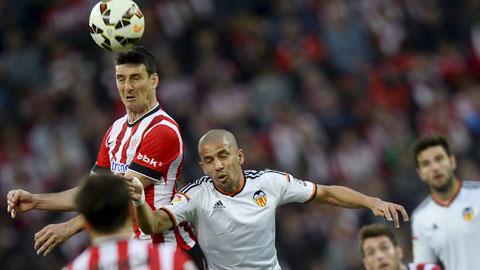 Feghouli (áo trắng) đã sẵn sàng nhả đạn giúp Valencia giành chiến thắng để góp mặt ở Champions League mùa tới