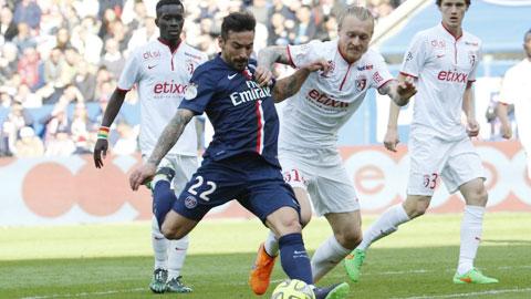 Một chiến thắng trước Metz sẽ giúp PSG (áo sẫm) vươn lên dẫn đầu BXH