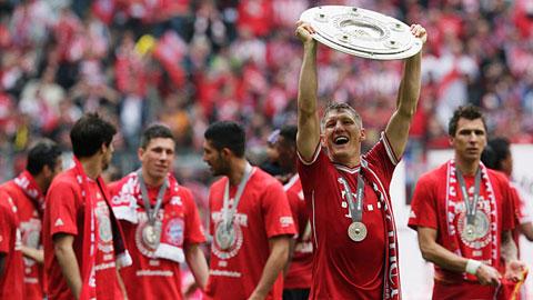 Schweinsteiger cùng Scholl và Kahn (ảnh nhỏ) là 3 cầu thủ vô địch Bundesliga nhiều nhất
