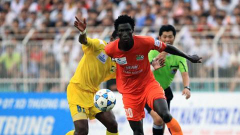 Omar (áo cam) có thể sẽ tái xuất V-League sau 3 năm bị FIFA cấm thi đấu vì dàn xếp tỷ số trong màu áo FC Thun