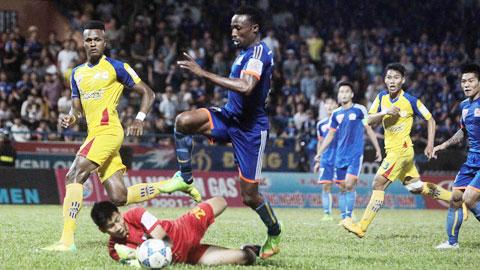 Than.QN (áo xanh) vẫn chưa có được sự tỉnh táo ở các trận đấu trên sân nhà