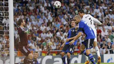 Ronaldo vô đối trên không