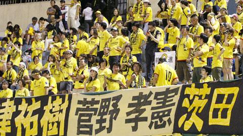 Màn cổ vũ chuyên nghiệp của các CĐV Nhật Bản - Ảnh: Đình Nguyễn