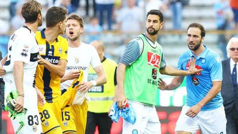 Higuain (bìa phải) cay cú vì Parma vẫn... chơi cống hiến dù đã xuống hạng