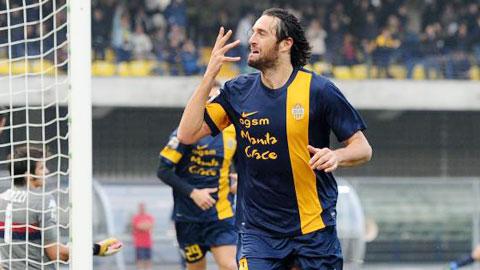 Luca Toni ăn mừng bàn thắng vào lưới Chievo - bàn thứ 19 của anh tại Serie A mùa này