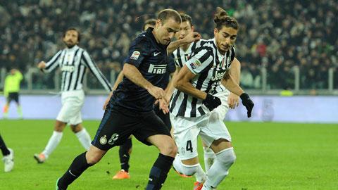 Chỉ Inter (áo sẫm) có động lực ở trận derby d'Italia khi Juventus đang mơ mộng đến chung kết Champions League