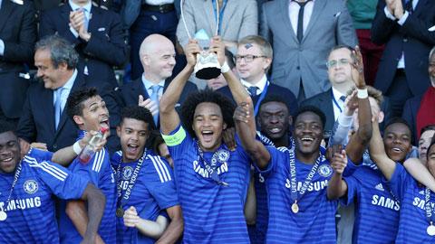 Izzy Brown nâng cao chức vô địch U19 châu Âu cùng các cầu thủ trẻ Chelsea