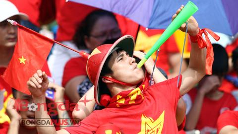 Cổ vũ U23 Việt Nam, CĐV Quảng Ninh nhuộm đỏ sân Cẩm Phả bằng bóng bay