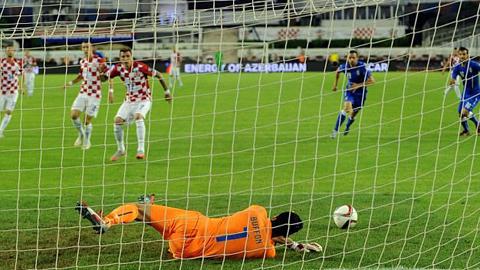 Buffon đã chiến thắng Mandzukic ở tình huống đối mặt trên chấm 11m