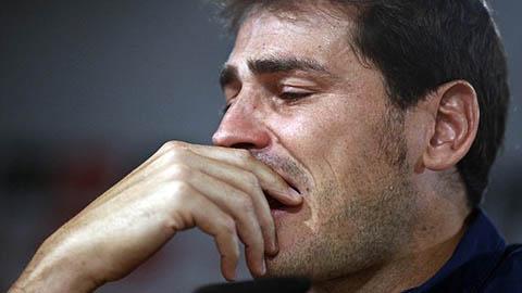 Casillas không cầm được những giọt nước mắt