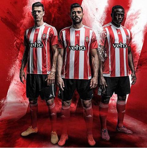 Mẫu áo đấu sân nhà của Southampton