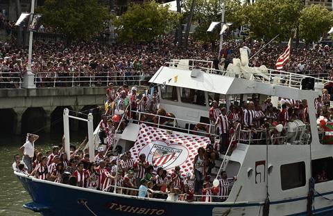 Người hâm mộ Bilbao ăn mừng bên dòng sông Nervion
