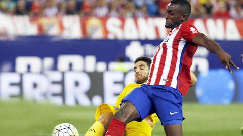 Atletico (áo sọc) vẫn chọn lối đá rình rập dù có lợi thế sân nhà và lực lượng vượt trội